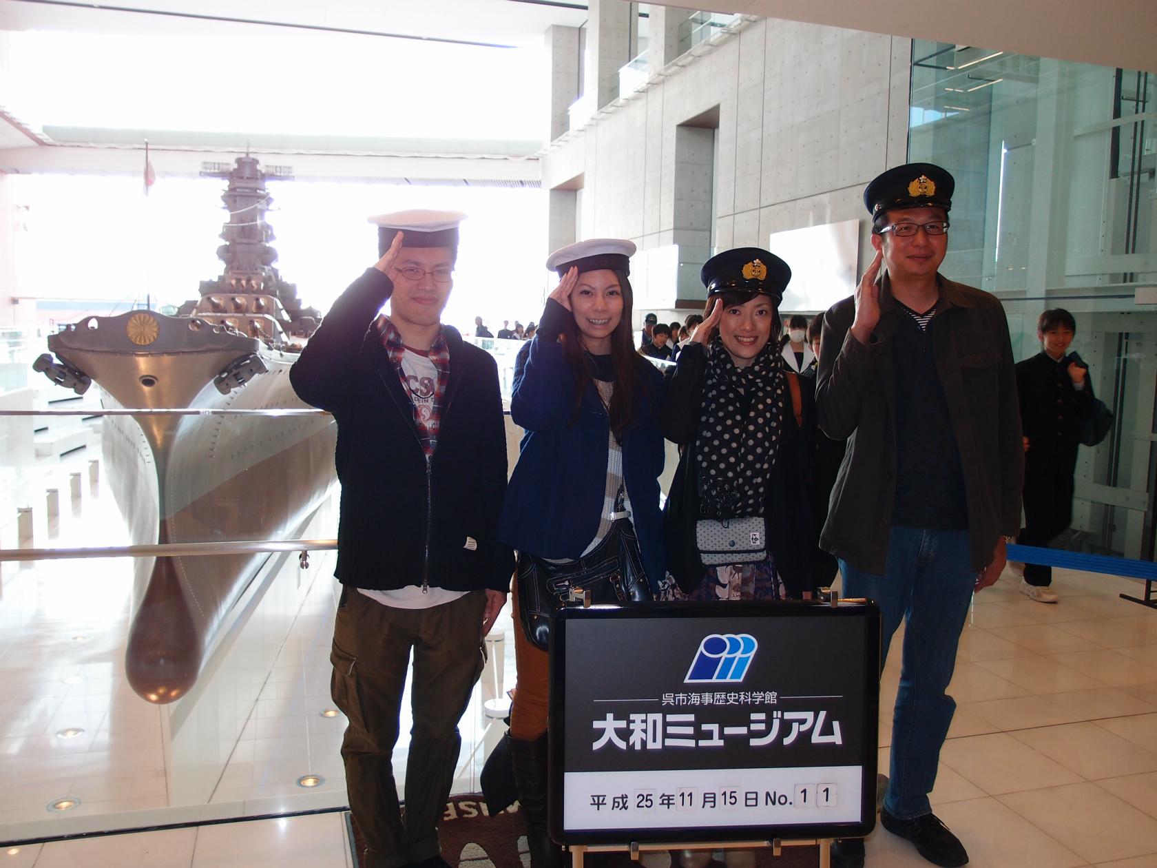 広島旅行にてみんなで敬礼